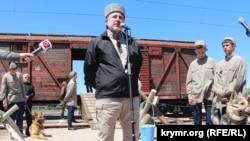 Ленур Іслямов на мітингу пам'яті жертв геноциду кримськотатарського народу. Херсонська область, селище Новоолексіївка, 18 травня 2017 року