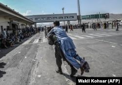 Аеропорт Кабула. Евакуація після приходу талібів. 16 серпня 2021 року