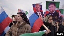Грозныйдағы митингіде Ресей президенті Владимир Путин мен Шешенстан басшысы Рамзан Қадыровтың суреттерін ұстап шыққан демонстранттар. 22 қаңтар 2016 жыл.