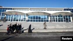 Турецкие солдаты маршируют перед зданием суда, где проходит заседание по делу о перевороте