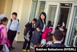 Дина Бердыкожа заводит учеников в школу. Алматинская область, 30 сентября 2015 года.