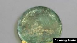"""Зеркало в виде бронзового диска со следами позолоты и массивной ручкой. Основа ручки сделана из дерева и покрыта двумя золотыми обкладками с уникальными изображениями. [Фото — <a href=""""http://museum.ru/N26667"""" target=""""_blank"""">Музеи России</a>]"""