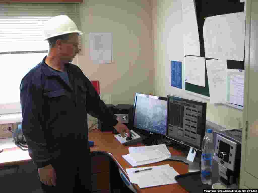 Буровий майстер Олександр Турусов показує каюту капітана.