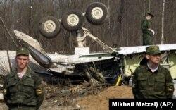 Російські військові на місці катастрофи польського президентського літака під Смоленськом. Росія, 13 квітня 2010 року