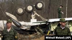 На месте кастрфы самолёта Леха Качиньского под Смоленском, 13 апреля 2010 года.