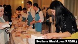 """Участники второй благотворительной ярмарки """"Тепло души"""". Астана, 22 сентября 2012 года."""
