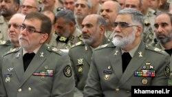 احمدرضا پوردستان (راست) در کنار محمدحسین دادرس، در دیدار فرماندهان ارتش با رهبر جمهوری اسلامی در ۳۰ فروردین ۹۶