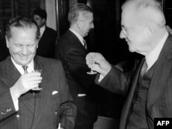 'Za Tita se s pravom kaže da je bio građanin i državnik svijeta. Svjedok sam te činjenice...Uvijek sam doživljavao Tita kao čovjeka koji brani Jugoslaviju' (Tito na fotografiji sa američkim državnim sekretarom Džonom Fosterom Dalsom 1955).