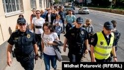 Jedan od prijedloga iznesenih na protestu je i da novinari dobiju status službenih osoba