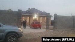 У дома Улана Салянова в микрорайоне «Кок-Жар», Бишкек, 6 ноября 2017 г.