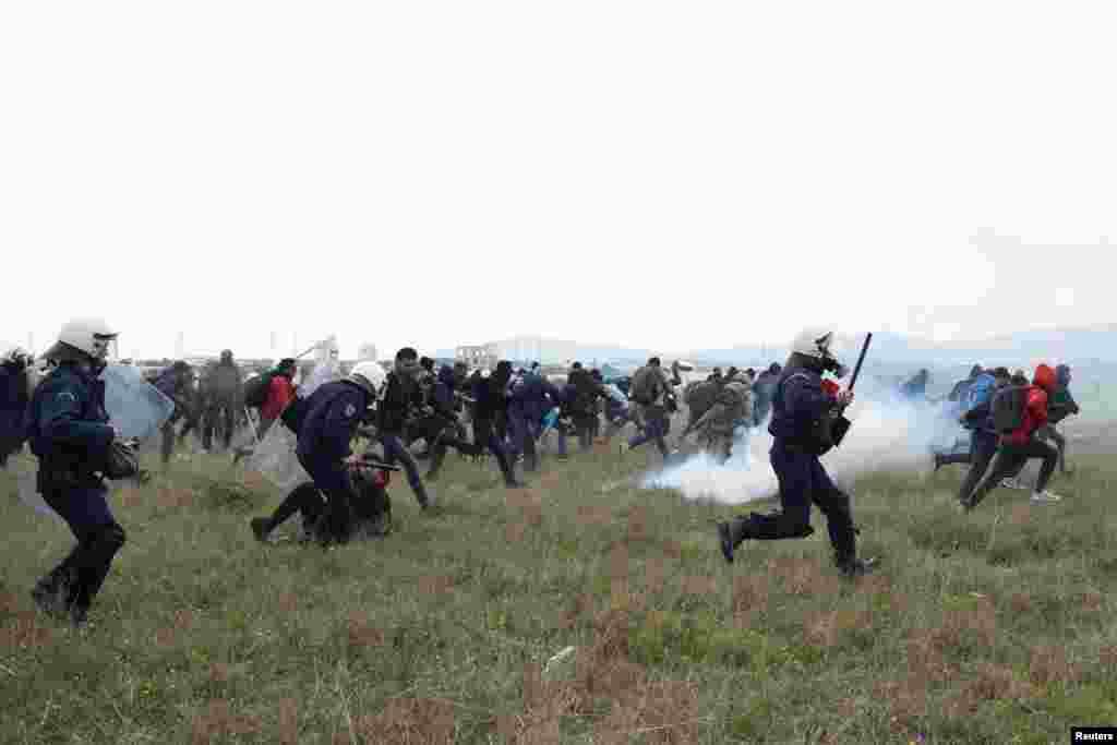 Грецькі поліцейські розганяють групу мігрантів