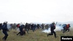 Грекиянын Диавата шаарынын чекесиндеги мигранттар менен полиция кагылышкан учур. 6-июнь, 2019-жыл.