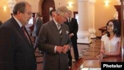 Армения - Принц Чарльз (справа) и бывший премьер-министр Армении Армен Саргсян посещают Музей-институт древних рукописей «Матенадаран», Ереван, 28 мая 2013 г.