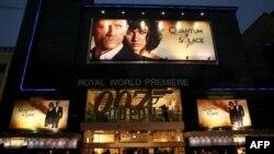 Мировая премьера 22-го фильма о Джеймсе Бонде «Квант милосердия». Кинотеатр «Одеон», Лондон