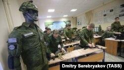 Під час занять з вогневої підготовки стрілецької зброї на військовій кафедрі в Національному дослідницькому університеті «Вища школа економіки» (НДУ ВШЕ). Москва, 17 лютого 2017 року