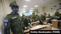 Студенты на занятии военной кафедры (архивное фото)