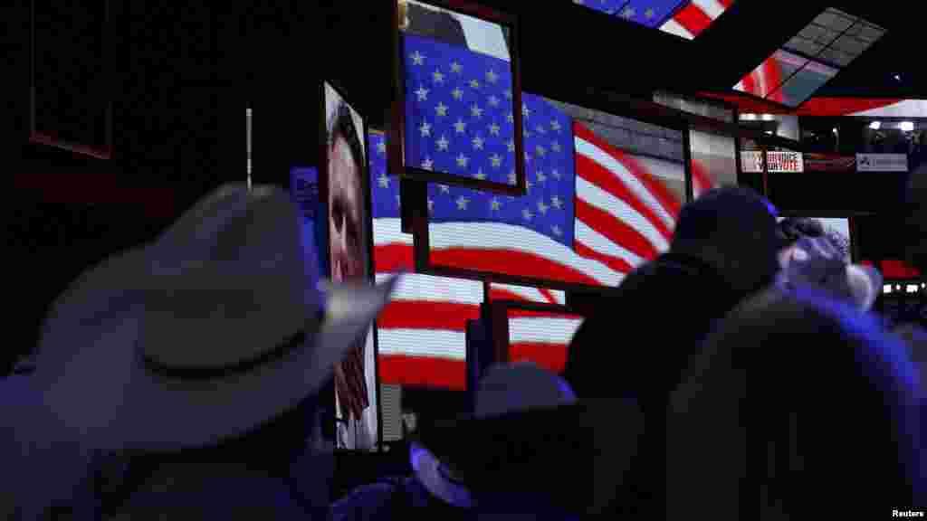 Делегаты съезда в Тампе любуются изображением пока еще будущего кандидата в президенты США от Республиканской партии Митта Ромни в первый день мероприятия.