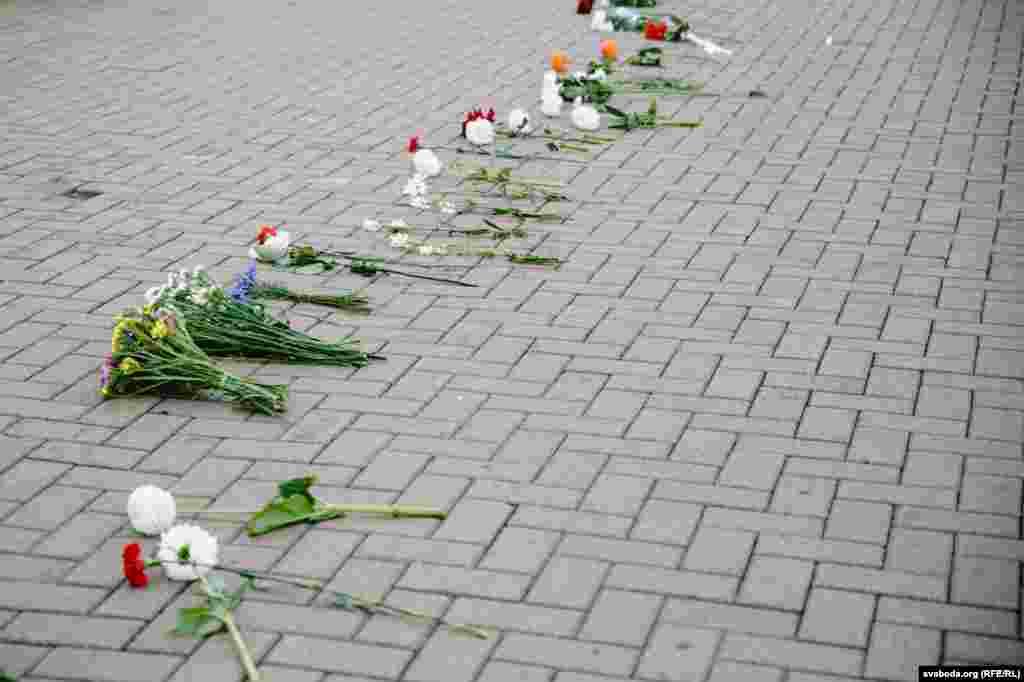 Жінки поклали квіти і через годину почали розходитися