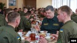 Украинский президент Петр Порошенко обедает с военными во время своего визита в Харьков, Март 26, 2015