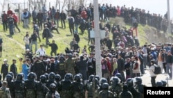ЗМОП заспокоює натовп у селі Нижня Ала-Арча неподалік від Бішкека, 20 квітня 2010 року