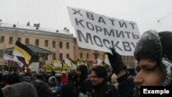 """Петарбухехь хиллачу """"Цхьаьнатоьхна махкахойн фронт"""" олучу юкъараллин митингехь айъина """"Тоьар ду Москох кхаба!"""" плакат."""