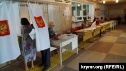 На избирательном участке в аннексированном Россией украинском полуострове Крым. Симферополь, 18 сентября 2016 года.