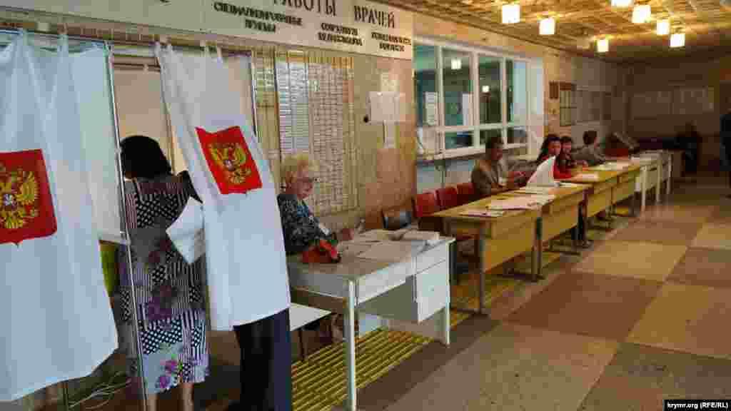 Голосование в микрорайоне Фонтаны в Симферополе, избирательный участок №266