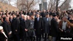 Վահան Տերյանի հուշաքարի մոտ: 9-ը փետրվարի, 2010թ.