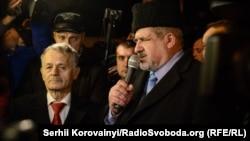 Мустафа Джемілєв (Л) і Рефат Чубаров на мітингу під Адміністрацією президента, Київ, 21 листопада 2015 року