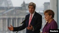 Sekretari amerikan i shtetit, John Kerry dhe Kancelarja e Gjermanisë, Angela Merkel gjatë një konference për media në Berlin