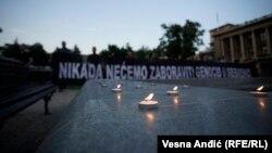 Paljenje sveća u Beogradu koje je 11. jula 2018. organizovala Inicijativa mladih za ljudska prava, u znak sećanja na žrtve genocida