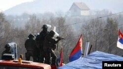 Косово: столкновения между миротворцами и местными сербами