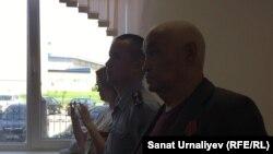 82 жастағы оралдық зейнеткер Ысқақ Азбергенев сот қаулысын тыңдап тұр. 21 мамыр 2018, Орал қаласы
