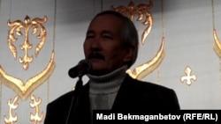 Писатель Смагул Елубай выступает с речью перед студентами из Мангистауской области с призывом не поддаваться на провокации. Алматы, 18 декабря 2011 года.