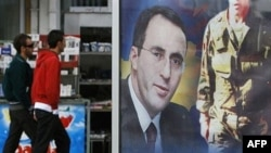 """Poster u Prištini sa likom Ramuša Haradinaja na kojem piše """"Kosovo ti želi dobrodošlicu"""", 03.04.2008."""