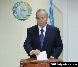 Uzbek President Islam Karimov casts his ballot.