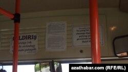 Ýol petekleriniň girizilýändigi baradaky bildiriş awtobuslarda ýerleşdirilen.