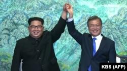 Ким Чен Ын жана Мун Чжэ Ин (оңдо) бүгүнкү саммиттин соңунда, 27-апрель 2018-жыл.