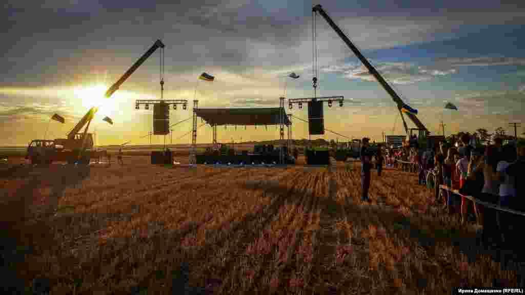 Монтаж сцени для концерту групи «Бумбокс» в бік анексованого півострова