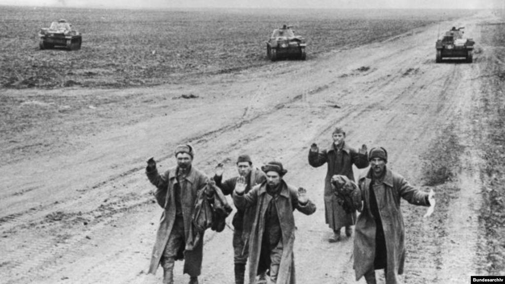 У перші два роки війни Червона армія втратила полоненими більше, ніж убитими. Те саме було і в Криму – там сотні тисяч бійців виявилися оточеними (як під Керчю) або ж кинутими напризволяще своїми командирами (як під Севастополем). Дослідники зазначають, що в Росії ця сторінка війни замовчується.  На фото: радянські солдати, полонені на Керченському півострові, травень 1942 року