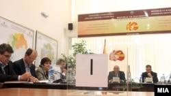 Prema preliminarnim rezultatima VMRO DPMNE je osvojila 51, a opozicija osvojila 49 od ukupno 120 poslaničkih mesta