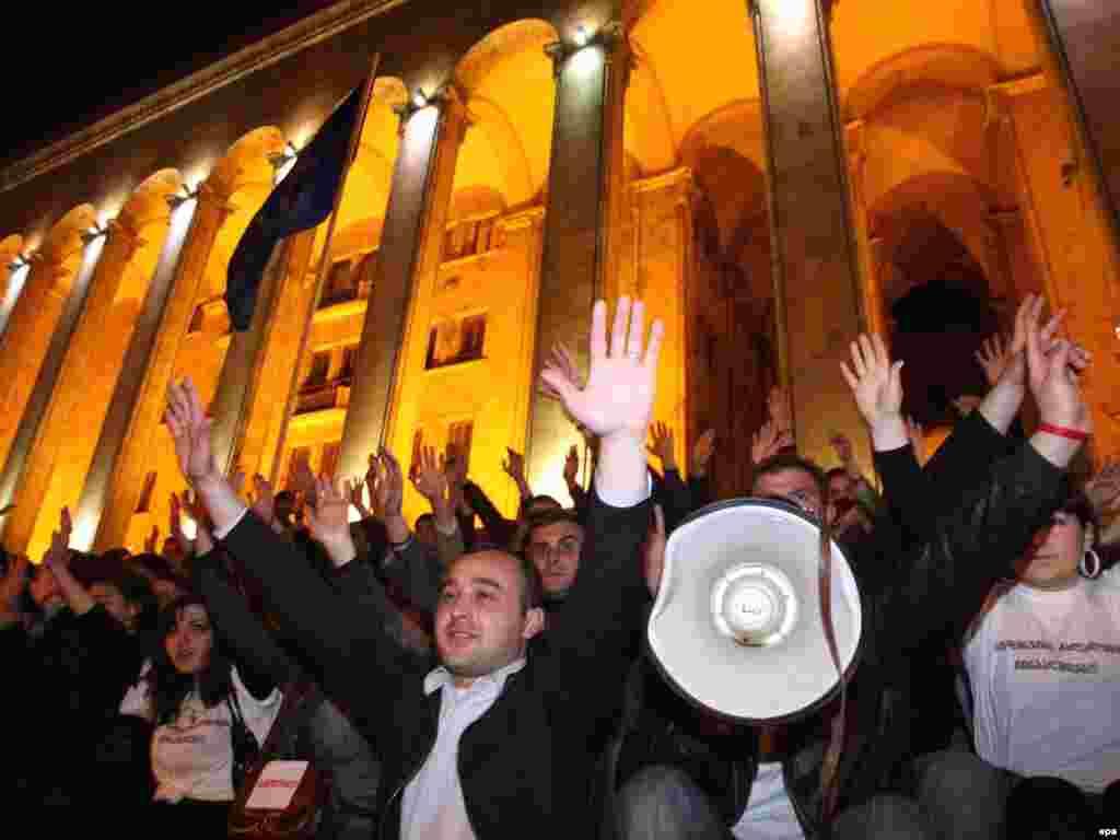 Оппозиция вәкилләре Грузия парламенты алдында Саакашвилига каршы протест оештырды. 8 апрель
