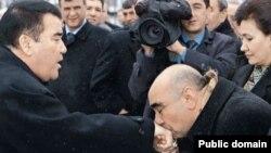 Türkmenistanyň birinji prezidenti Saparmyrat Nyýazow (çepde) hem ençeme kitabyny çap etdiripdi.