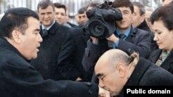 Demokratik partiýanyň öňki 1-nji sekretary O.Musaýew S.Nyýazowyň elini ogşaýar.