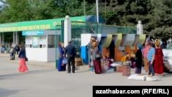 """""""Моей главной заботой будет мой народ"""", - гласит надпись над рыночными прилавками на Текинском рынке в Ашхабаде."""