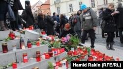 Прага қамалының кіре берісінде Вацлав Гавелдің өлімін аза тұтушы халық. 23 желтоқсан 2011 жыл