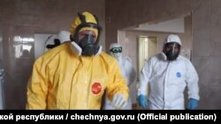 Рамзан Кадыров (слева) в Республиканском Клиническом центре Инфекционных Болезней в Грозном, 19 апреля 2020 года