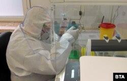 Перевірка результатів тестів на коронавірус у Болгарії