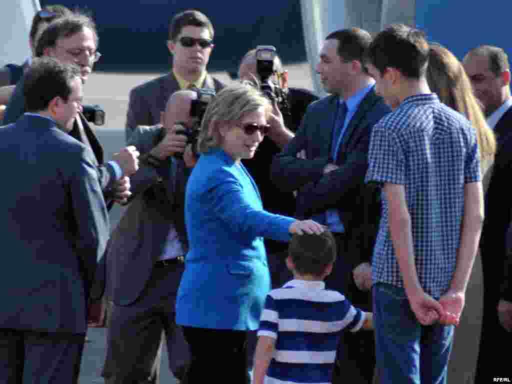 ჰილარი კლინტონი აეროპორტში ოფიციალურ პირებთან ერთად პრეზიდენტ სააკაშვილის ოჯახის წევრებმაც გააცილეს