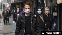 Люди в захисних масках в Ірані, де зафіксований спалах коронавірусу, 1 березня 2020 року